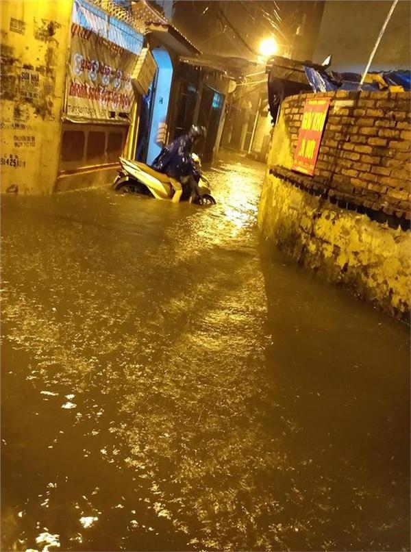 Hà Nội mưa lớn dịp nghỉ lễ 30/4-1/5, nhiều tuyến phố biến thành 'sông', khách Tây lội bì bõm 13