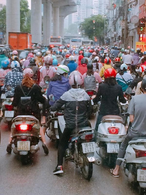 Hà Nội ngày đi làm sau lễ: Vẫn là 'đặc sản' tắc đường, người dân đứng 'chôn chân' dưới mưa 0