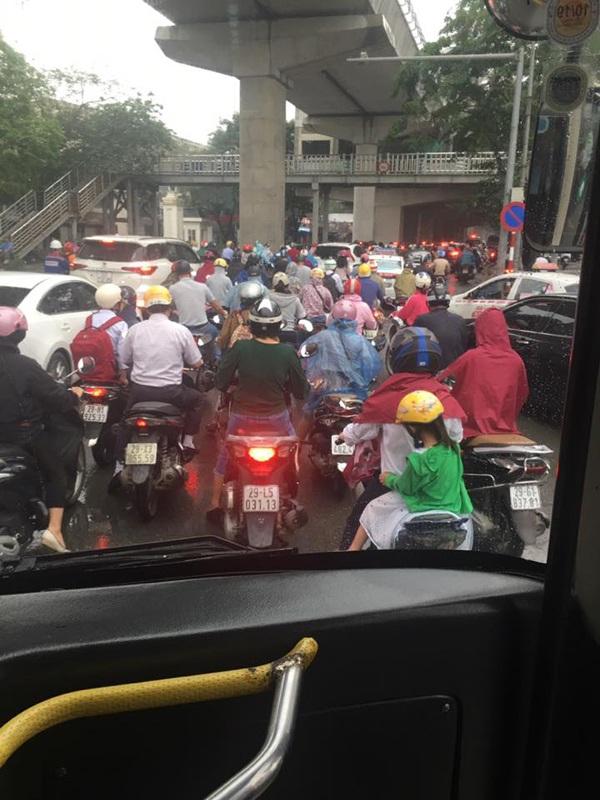 Hà Nội ngày đi làm sau lễ: Vẫn là 'đặc sản' tắc đường, người dân đứng 'chôn chân' dưới mưa 1