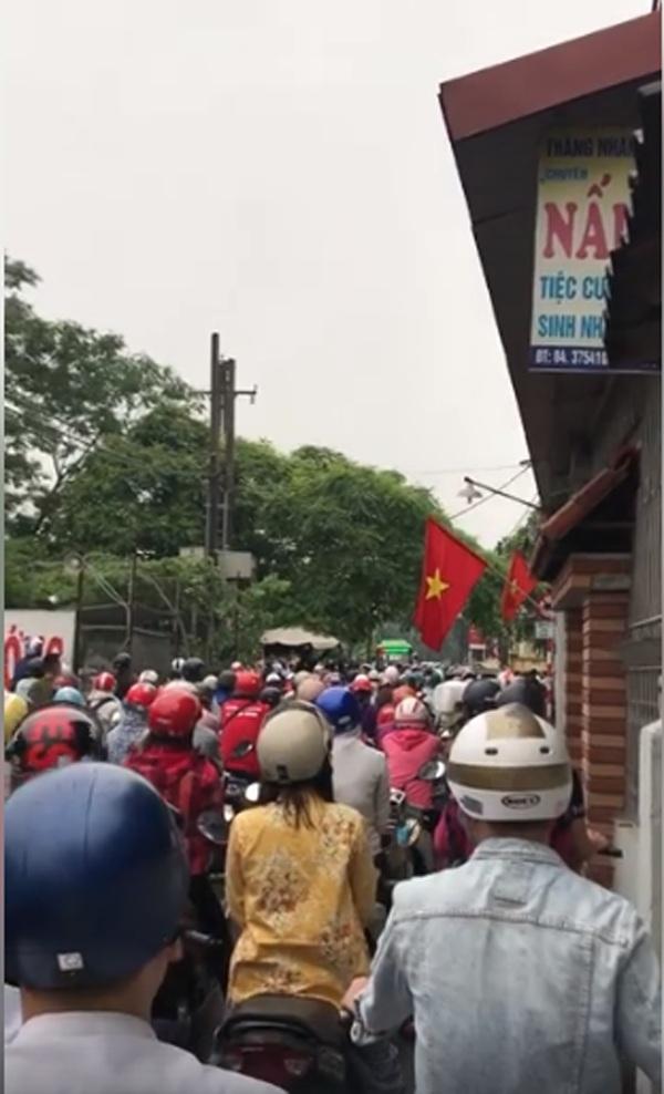 Hà Nội ngày đi làm sau lễ: Vẫn là 'đặc sản' tắc đường, người dân đứng 'chôn chân' dưới mưa 2