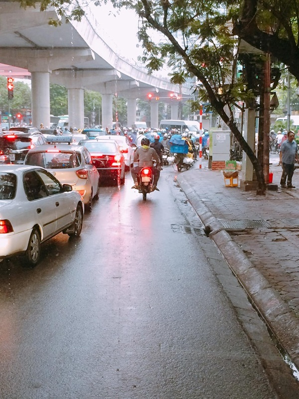 Hà Nội ngày đi làm sau lễ: Vẫn là 'đặc sản' tắc đường, người dân đứng 'chôn chân' dưới mưa 5