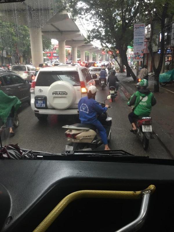 Hà Nội ngày đi làm sau lễ: Vẫn là 'đặc sản' tắc đường, người dân đứng 'chôn chân' dưới mưa 6