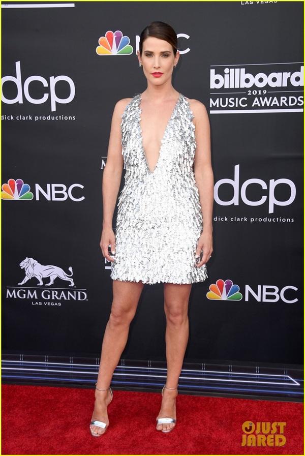 Nữ diễn viên 'Avengers' diện đầm Công Trí trên thảm đỏ Billboard Music Awards 2019 0