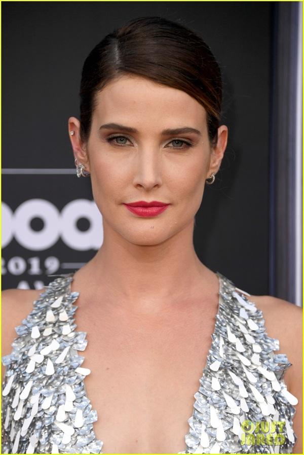 Nữ diễn viên khoe vẻ đẹp quyến rũ trong chiếc đầm xẻ sâu.