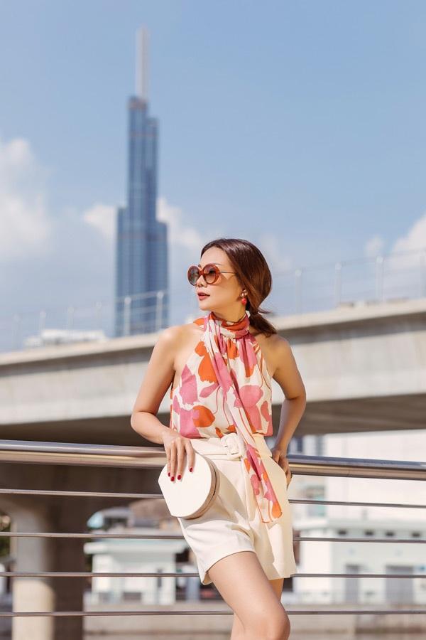 Một chiếc áo sát nách họa tiết hoa cùng quần short ngắn khoe đôi chân dài miên man được Thanh Hằng mix & match cho những ngày đầu hè nắng nóng.