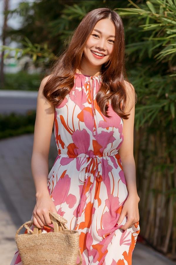 Cũng là họa tiết hoa nhưng chiếc váy maxim đã biến Thanh Hằng trở nên dịu dàng thướt tha đầy dịu nhẹ.