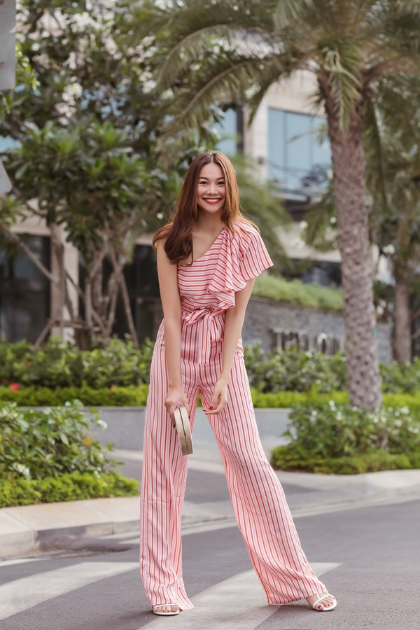Một bộ jumpsuit cá tính hở một bên vai được siêu mẫu họ Phạm trưng dụng cho những ngày nắng nóng.