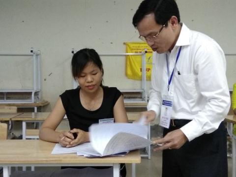 Cục trưởng Cục trưởng Cục Quản lý chất lượng (Bộ GD-ĐT) Mai Văn Trinh thanh tra công tác chấm thi của Hòa Bình năm 2018. Ảnh: Dân trí