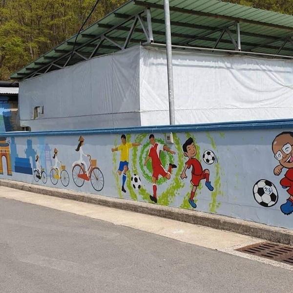 Loạt ảnh chụp tranh bích họa độc đáo có xuất hiện dàn cầu thủ Việt ở quê nhà HLV Park Hang-seo 1