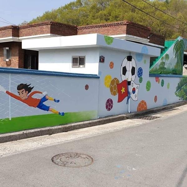 Loạt ảnh chụp những bức tranh bích họa có xuất hiện dàn cầu thủ Việt và HLV Park Hang-seo tại Hàn Quốc thu hút nhiều sự quan tâm.