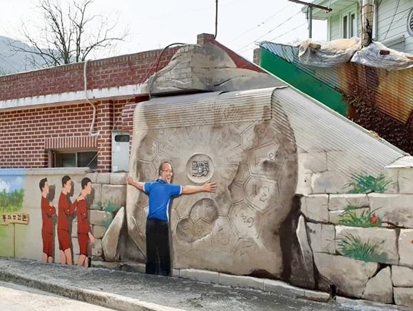Những khoảnh khắc ấn tượng giữa thầy và trò xuất hiện trên loạt ảnh vẽ tường đầy ấn tượng.