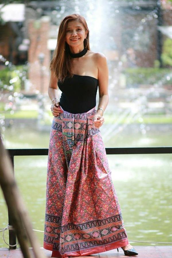 Những bức ảnh về người phụ nữ U60 sở hữu vóc dáng gợi cảm, thon gọn cùng gu thời trang sành điệu được chia sẻ rộng rãi.