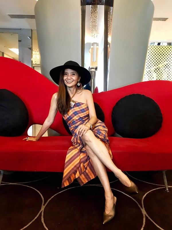 Người phụ nữ U60 này sở hữu phong cách thời trang trẻ trung, sành điệu 'ăn đứt' giới trẻ.