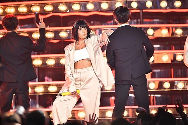 Sân khấu của BTS và Halsey tại lễ trao giải Billboard đã 'đốn tim' người hâm mộ.