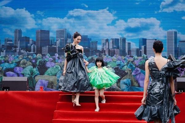 Show trình diễn thời trang tái chế đặc biệt của hơn 20 hoa hậu, người mẫu đã truyền cảm hứng đến nhiều người tham dự.
