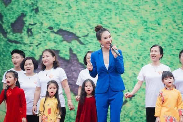 Phan Lê Ái Phương mở đầu chương trình bằng tiết mục 'Như hòn bi xanh' với 100 diễn viên quần chúng. Trong đó đặc biệt có sự góp mặt của20 nữ công nhân vệ sinh môi trường cũng tham gia vào phần nhảy Flashmob.