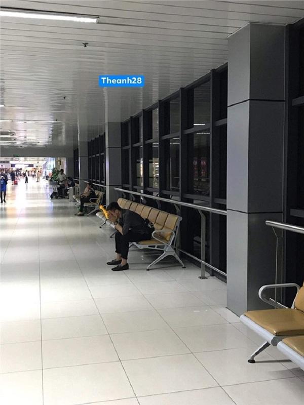 Anh chàng với dáng vẻ bần thần ở sân bay và câu chuyện cảm động sau đó
