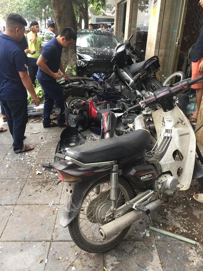 Ô tô bất ngờ lao lên vỉa hè, tông nát 6 xe máy - ảnh hiện trường liên tục được chia sẻ 1