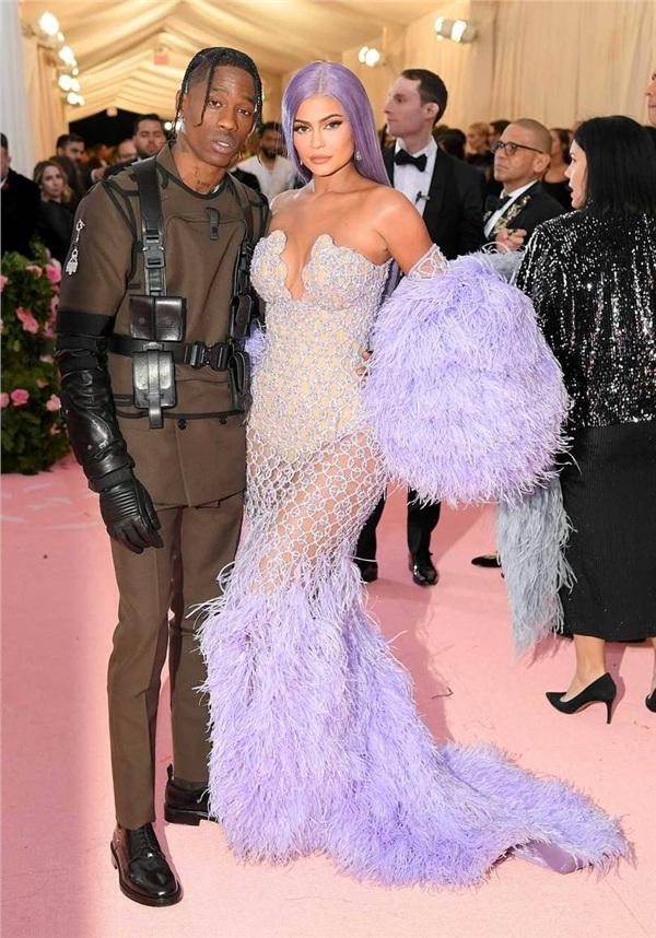 Kylie Jenner tạo dáng cùng bạn trai Travis Scott. Nữ doanh nhân trẻ diện trang phục của Versace.
