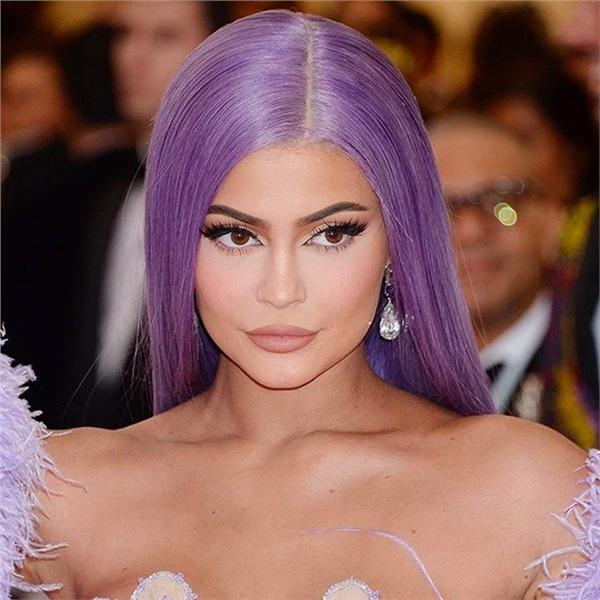 Kylie Jenner trông không khác biệt mấy với diện mạo thường ngày của cô nàng. Vẫn là bờ môi dày mọng màu nude, mắt sâu, da ngăm nhưng 'điểm sáng' lớn nhất chính là mái tóc tím nổi bạt của nữ tỷ phú.