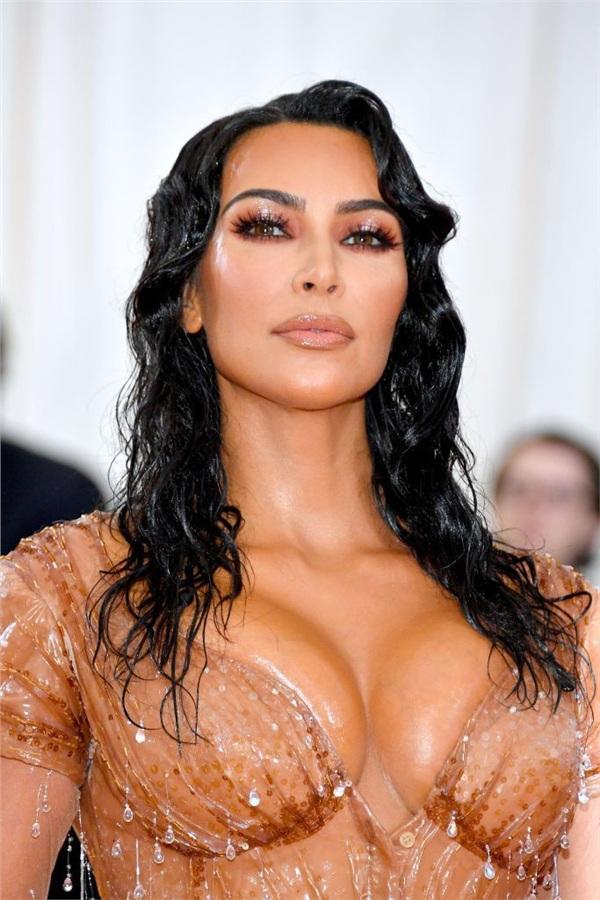 Ngoài bộ váyMugler 'giọt nước rơi' o épvòng 1đầy đặn như muốn 'nổ tung' thì Kim Kardashian cũng chọn tông trang điểm màu nude đồng bộ, cộng thêm hiệu ứng 'ướt át' xứng đáng được chấm điểm 10 cho sự hoàn hảo.
