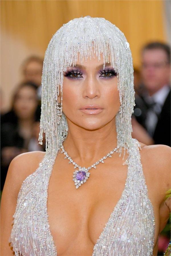 Jenifer Lopez gây ấn tượng với 'mái tóc' kim sa hột lựu lấp lánh ánh bạc cùng đôi mắt khói sắc sảo, lôi cuốn.