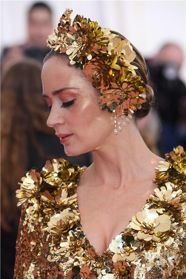 'Lấp lánh ánh vàng' chính là concept tổng thể từ đầu đến chân củaEmily Blunt.