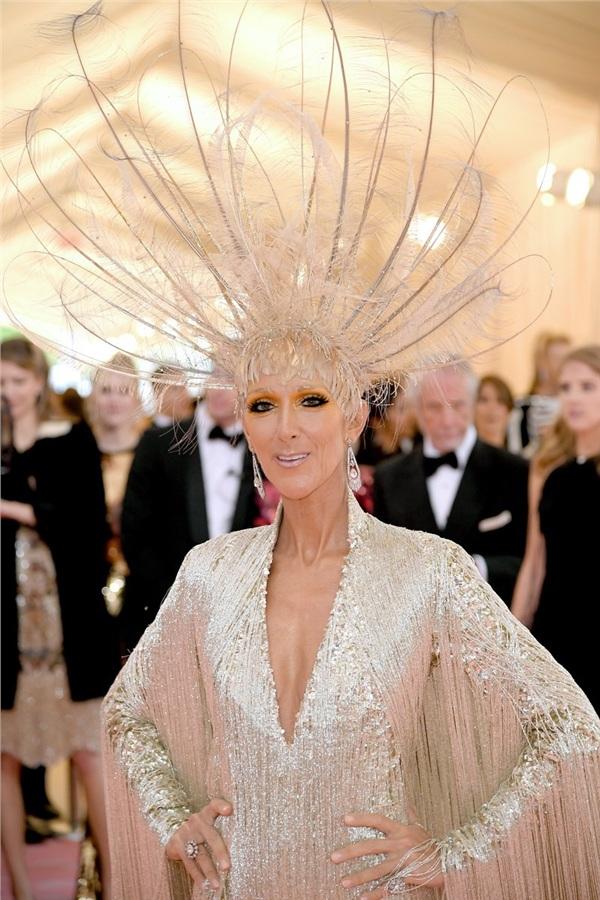 Celine Dion chỉ nhấn nhá duy nhất vào đôi mắt.
