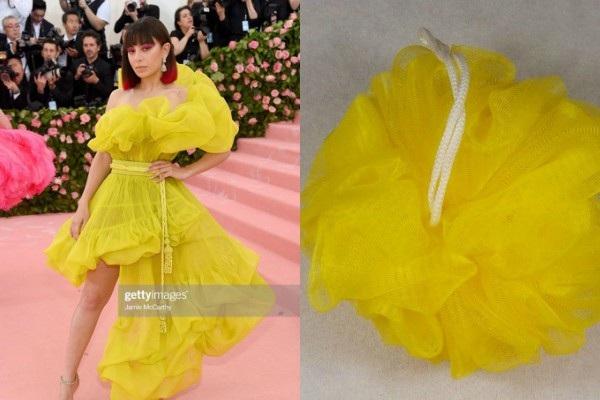 Đầm vàng neon của Charli XCX được may từ bông tắm phải không vậy?