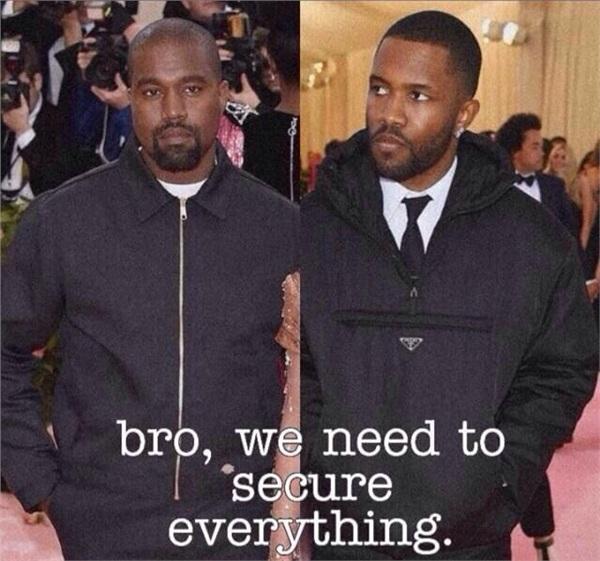 Kanye West và Frank Ocean tối giản đến khó ngờ trên thảm hồng Met Gala. Và đó lý do họ bị cho là nhân viên gác cổng của sự kiện năm nay.
