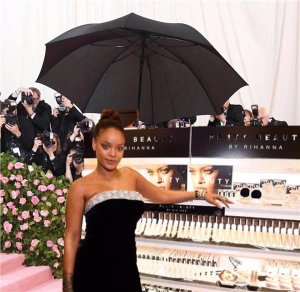 Một 'thánh chế' khác khẳng định Rihanna bê nguyên cả tủ mỹ phẩm Fenty Beauty tới thảm hồng để PR.