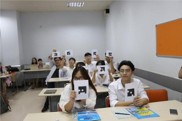 Sau mỗi câu hỏi, học sinh dơ cạnh thẻ ứng với các đáp án A, B, C, D lên, giáo viên chỉ cần 'quét' là ra ngay kết quả