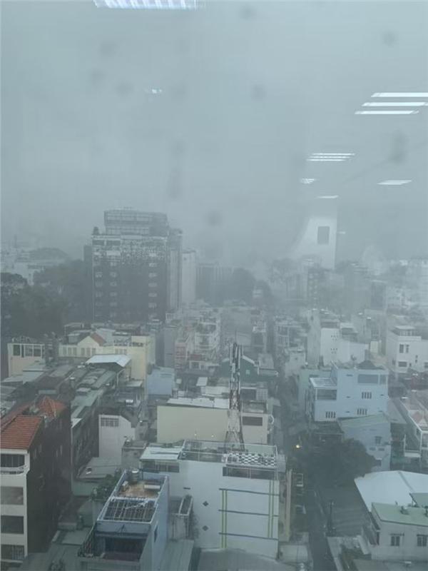 Chiều 10/5, Sài Gòn bất ngờ đón nhận một cơn mưa lớn, mưa nặng hạt và kéo dài hơn nửa tiếng đồng hồ khiến không khí những ngày nắng nóng dịu lại. Ảnh: Sài Gòn có mưa.