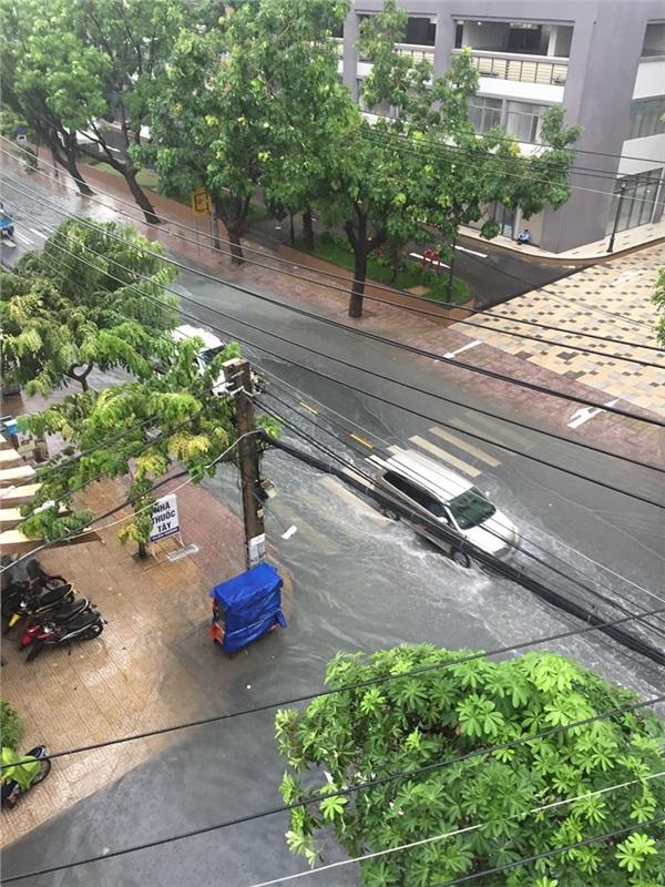 Một số vùng trũng bị ngập nước, xe cộ di chuyển khó khăn. Nhìn cảnh tượng này, nhiều dân mạng rủ rê nhau 'sắm xuống đi làm'. Ảnh: Tran Hung.