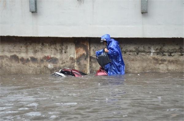 Sài Gòn hễ nắng thì nóng, hễ mưa là ngập. Cảnh tượng kinh hoàng mà dân tình phải đối mặt ngày mưa. Ảnh: Mai Trung Chinh.