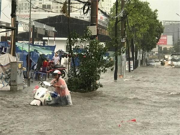 Đường Nguyễn Hữu Cảnh ngập nặng sau cơn mưa. Ảnh: Lê Phan.