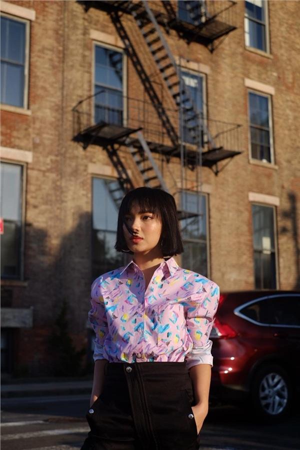Set đồ dạo phố đầu tiên mà Châu Bùi lựa chọn khá đơn giản nhưng mang hơi hướng hiện đại với áo sơ mi màu sắc tươi tắn, họa tiết vui nhộn và quần tây