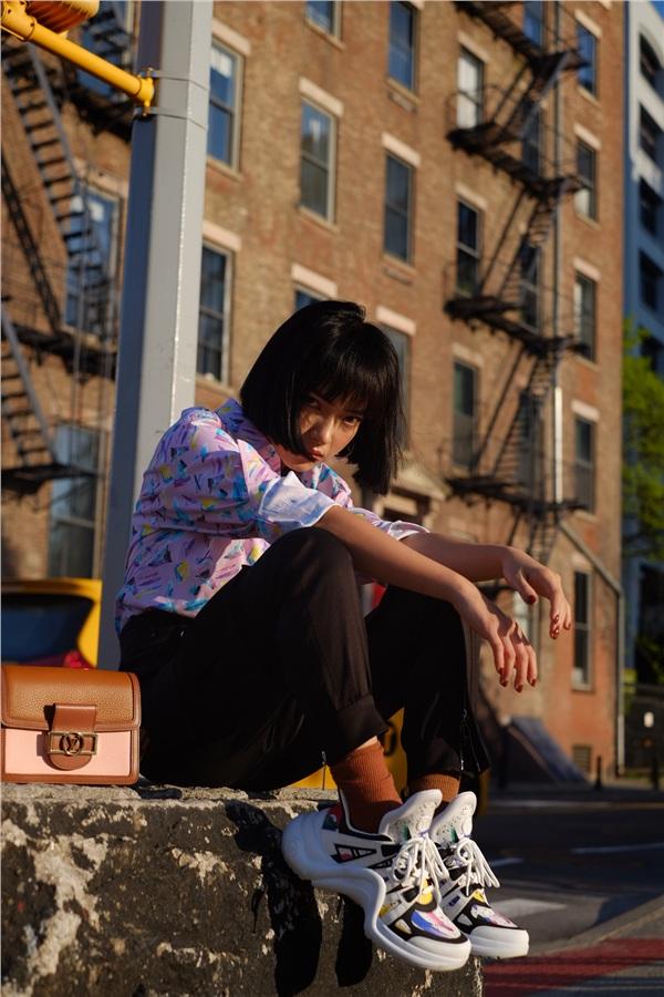 Độ 'chất chơi' được tăng lên khi cô nàng phối cùng phụ kiện túi LV và giày sneaker hầm hố cùng hãng
