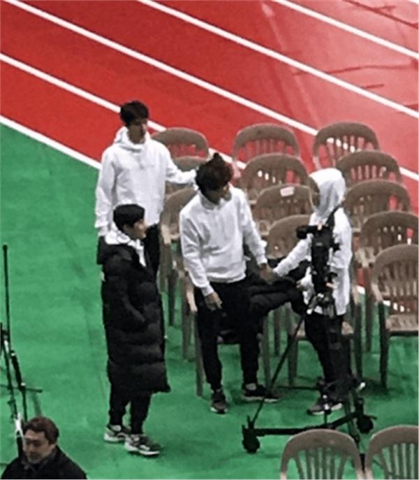 Dù không hẳn là đụng hàng, nhưng có lẽ đây là hình ảnh hiếm hoi mà Sehun và Jimin đứng trong cùng một khung. Cả hai đều mặc áo hoodie trắng, nhưng Sehun tạo cảm giác nam tính, còn Jimin (đội mũ trùm đầu ở góc phải) nghiêng về phong thái đáng yêu nhiều hơn.