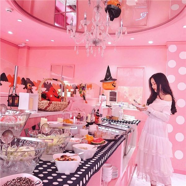 Một tiệm trà ở Sài Gòn mở cửa đón khách với không gian màu hồng nữ tính.