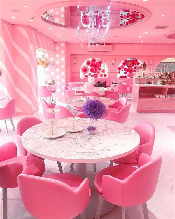 Bàn ghế và các vật dụng đều có màu hồng dịu dàng, điểm thêm một ít màu trắng khiến không gian càng lung linh và sang trọng.