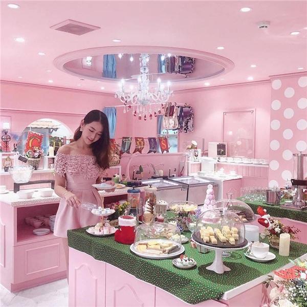 Những thực khách đầu tiên trải nghiệm tại tiệm trà dành cho những cô nàng 'bánh bèo'.