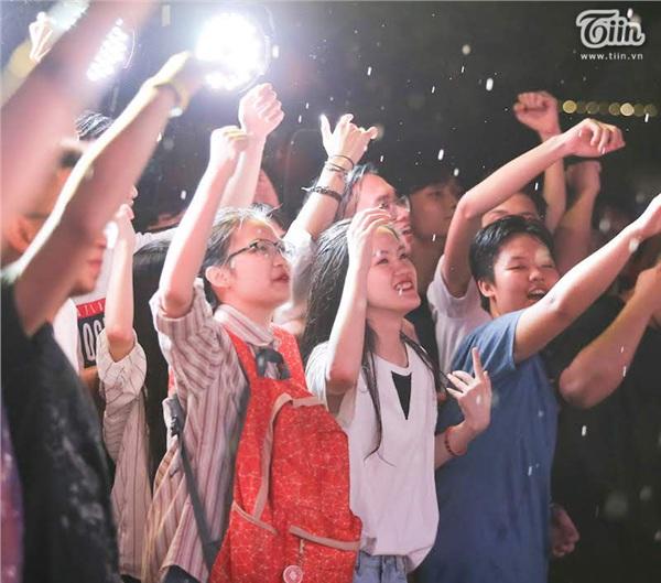 Hoà vào âm nhạc, các bạn trẻ 'quẩy' cùng khách mời dưới mưa.