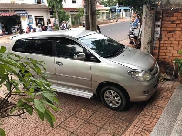 Chiếc xe ngang nhiên đỗ chình ình ngay trước cửa nhà người khác