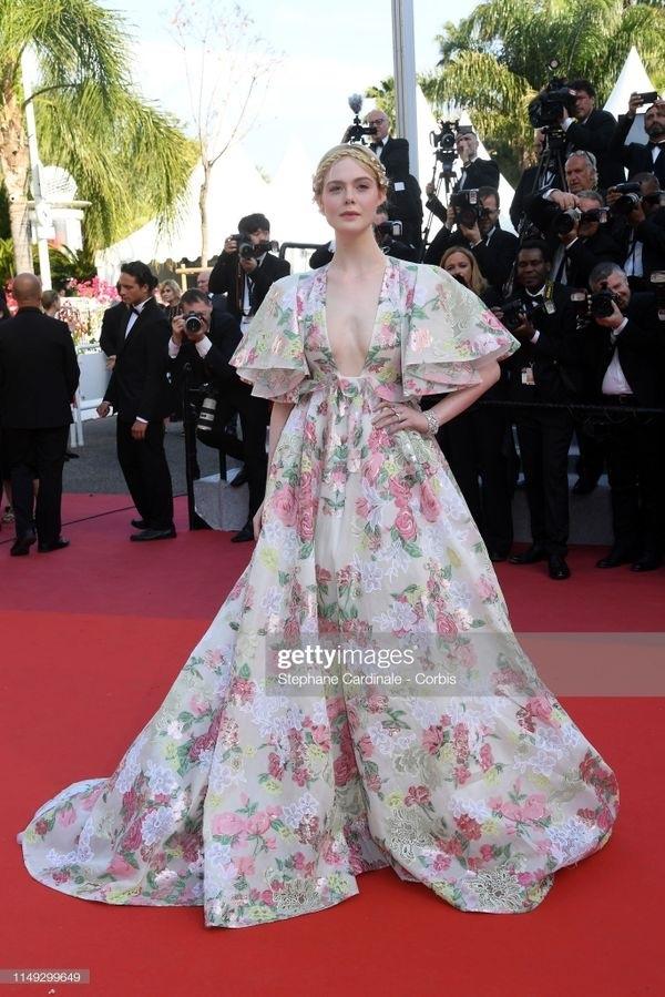 Thảm đỏ Cannes 2019 ngày 2: Elle Fanning tỏa sáng như nữ thần, Chompoo Araya và Alessandra Ambrosio diện váy xẻ cao bất tận 1