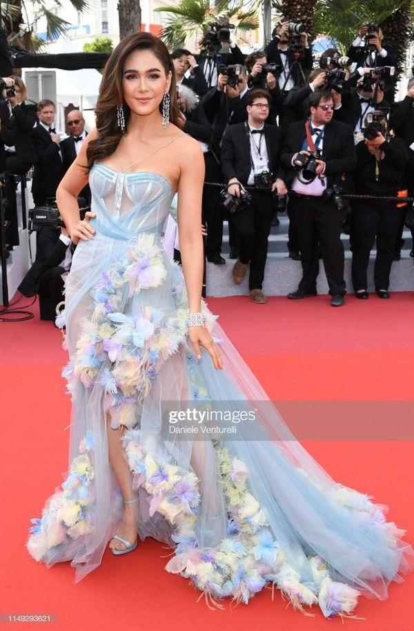 Ngay khi vừa xuất hiện trên thảm đỏLHP Cannes 2019ngày thứ 2,Chompoo Araya đã trở thành tâm điểm của mọi sự chú ý nhờ vẻ ngoài xinh đẹp cùng phong cáchlộng lẫy. Người đẹp Thái Lan diện chiếc đầm voan được đính kết các chi tiết lông vũcầu kì, tinh tế.