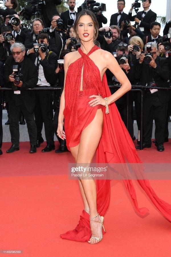 Bên cạnhChompoo Araya,Alessandra Ambrosio cũng gây chú ý khi diện váy xẻ cao tận hông.