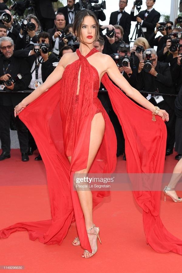 Chọn cho mình chiếc đầm tông đỏ nổi bật,Alessandra Ambrosio khoe triệt để đôi chân dài cùng vóc dáng quyến rũ.