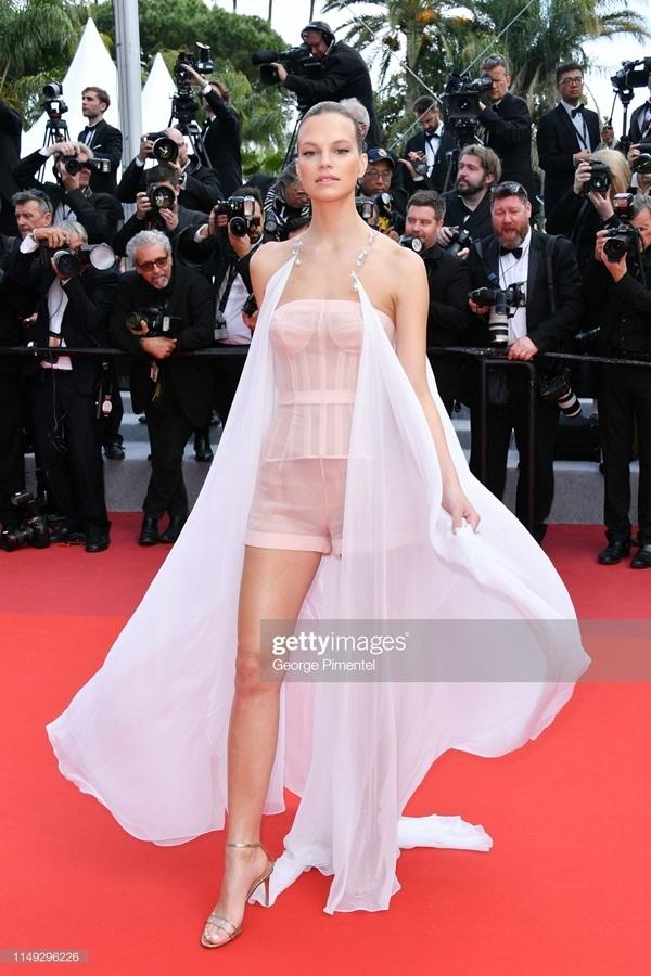 Thảm đỏ Cannes 2019 ngày 2: Elle Fanning tỏa sáng như nữ thần, Chompoo Araya và Alessandra Ambrosio diện váy xẻ cao bất tận 12