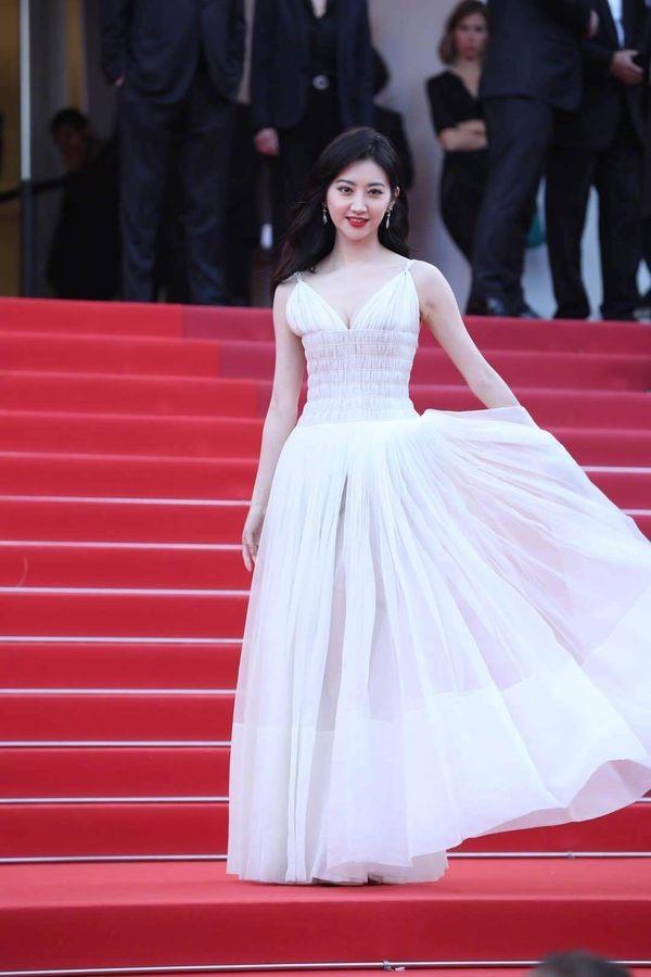 Thảm đỏ Cannes 2019 ngày 2: Elle Fanning tỏa sáng như nữ thần, Chompoo Araya và Alessandra Ambrosio diện váy xẻ cao bất tận 15